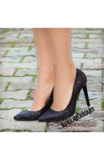 کفش نوک تیز و پاشنه دار زنانه